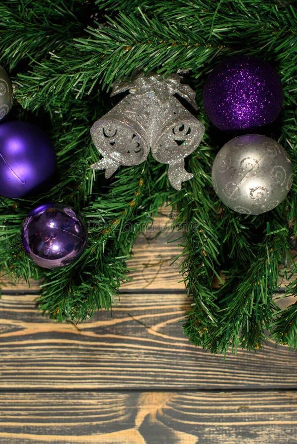 Garneringar för nya år för ferie för slut övre Julgranen med många blått och grå färger klumpa ihop sig på den royaltyfria bilder