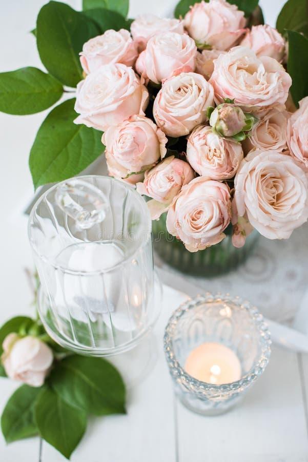 Garneringar för tappningbrölloptabell med rosor, stearinljus bestick arkivfoton