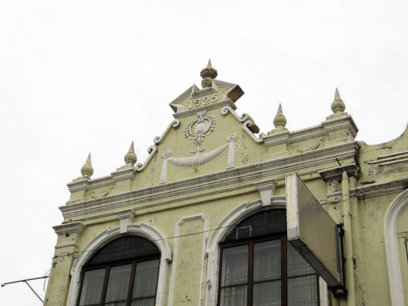 Garneringar på en gammal kolonial byggnad royaltyfria bilder