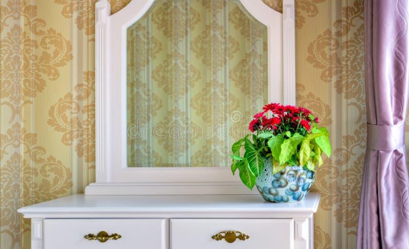 garneringdressingen blommar tabellen royaltyfria bilder
