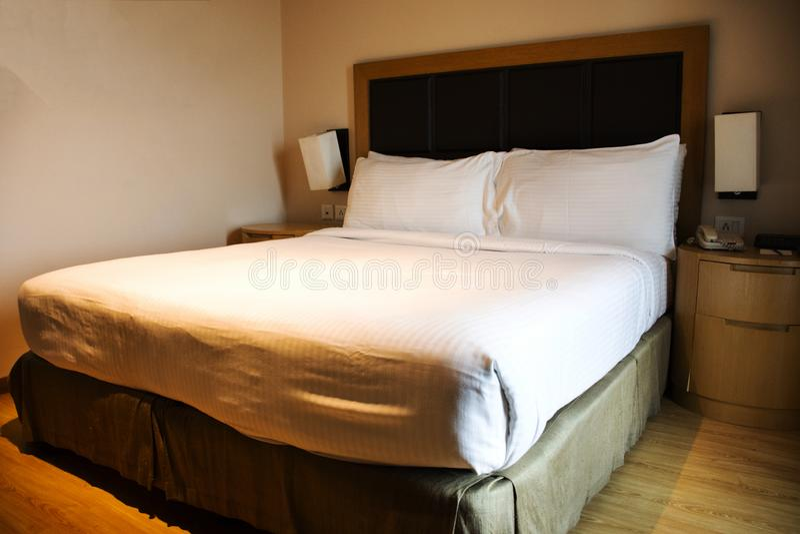 Garneringinre av stil för eleganssovrumboutique med dubbelsäng i rum av semesterorten och hotell i New Delhi, Indien royaltyfria bilder