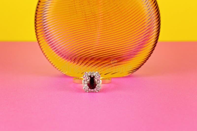 Garnet And Diamond Solitaire Gold cirkel arkivbilder