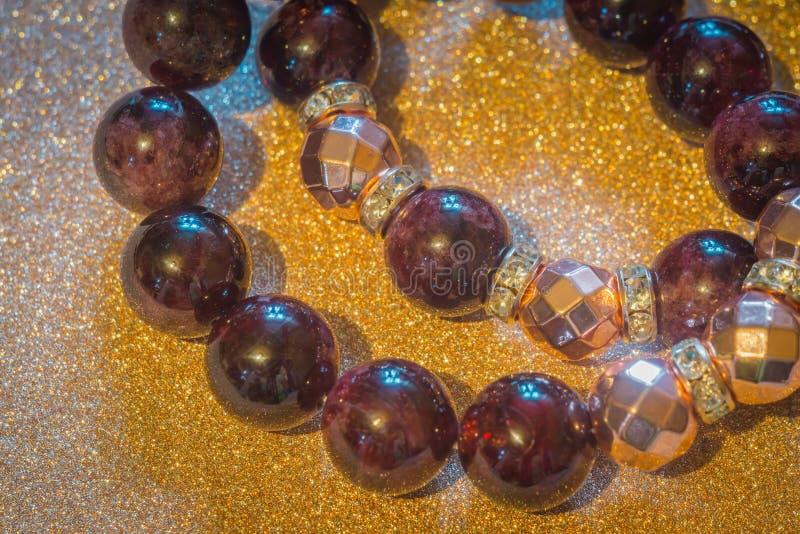 Garnet i różana złocista hematyt bransoletka obraz royalty free