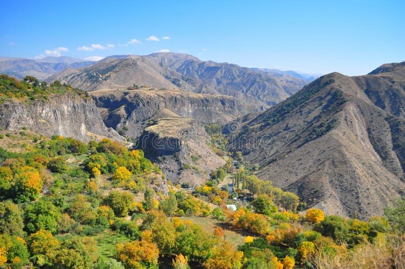 Garni亚美尼亚- 10月2016小山的秋天视图以山围拢的桌的形式在Garni寺庙附近 库存照片