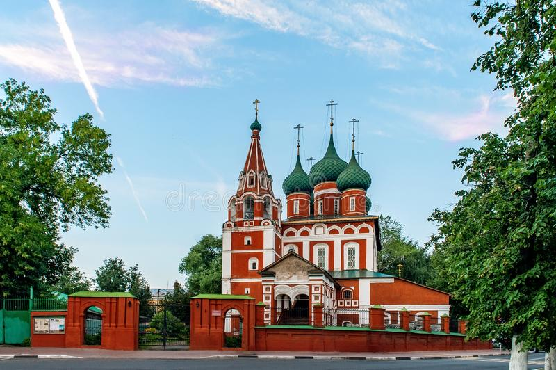 Garnisonkyrka av Michael ärkeängeln i sommarafton Yaroslavl guld- cirkel av Ryssland royaltyfria foton