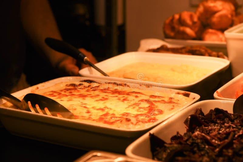 Garnitures appétissantes pour un dîner de rôti avec les puddings de Yorkshire cuits de fromage de chou-fleur photographie stock libre de droits