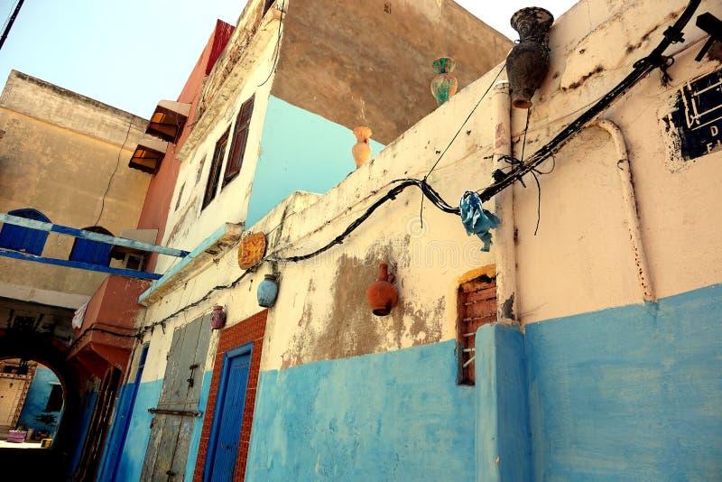 Garnki wiesza na ścianach w Maroko, Afryka fotografia stock