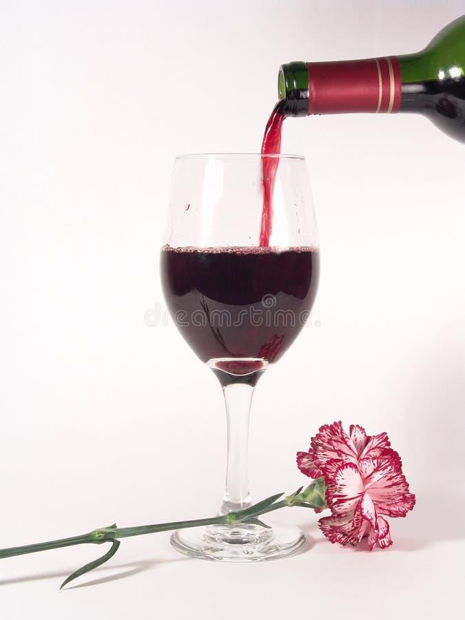 Garofano di versamento del vino immagini stock libere da diritti