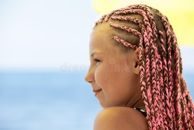 Garota adolescente com dreadlocks, visão lateral, espaço de cópia contra o mar azul fotos de stock