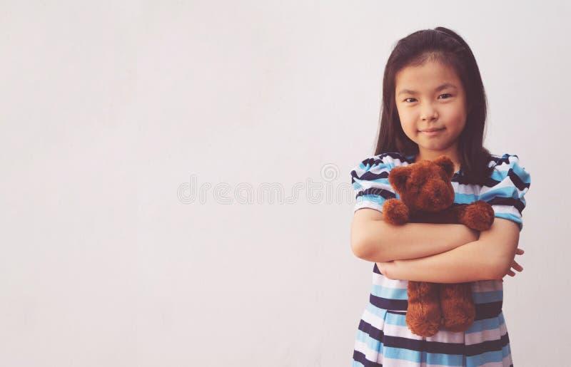 Garota asiática abraçando um ursinho foto de stock royalty free