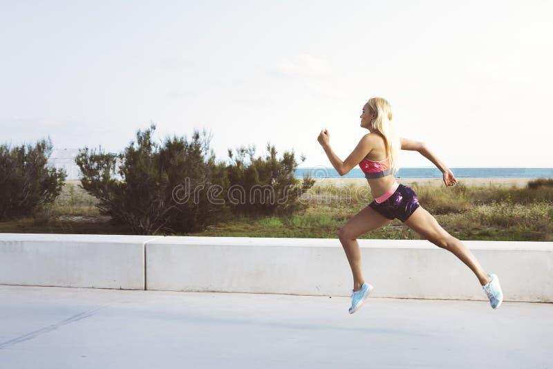 Garota atleta atrativa correndo para o evento fotos de stock royalty free