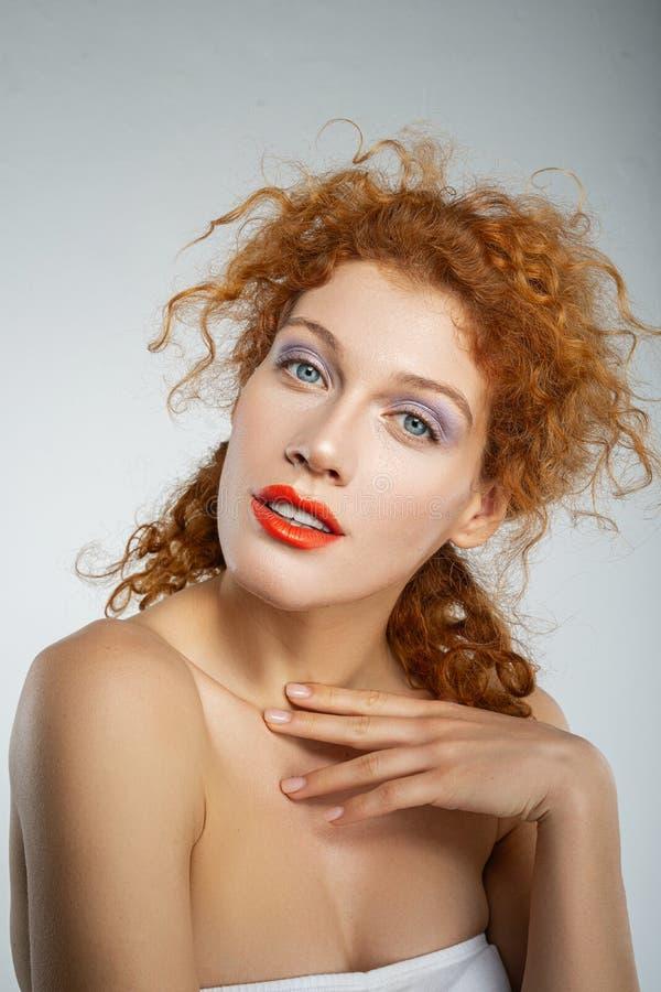 Garota atraente cabeleira se posando na câmera imagens de stock