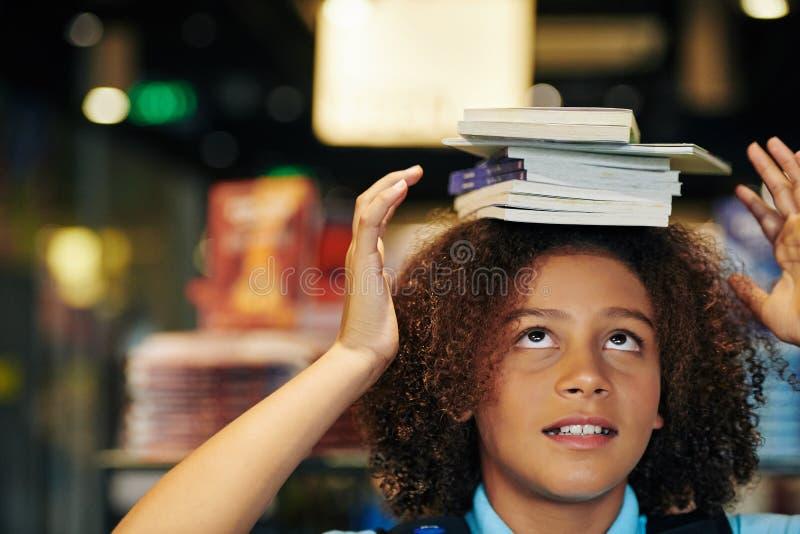 Garota Com Livros Na Cabeça imagens de stock royalty free