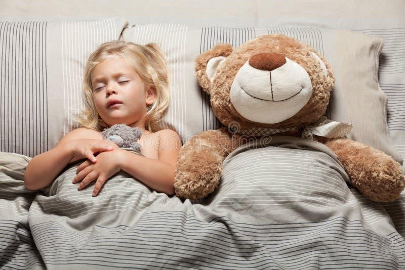 Garota e ursinho na cama, problema de pesadelo Assustado, stress imagem de stock