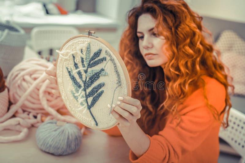 Garota encantadora de cabelos vermelhos olhando sua estrutura de renda fotografia de stock royalty free