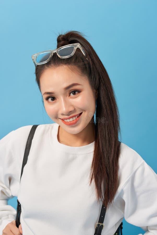 Garota estudante asiática sobre parede azul isolada feliz e sorrindo imagem de stock royalty free