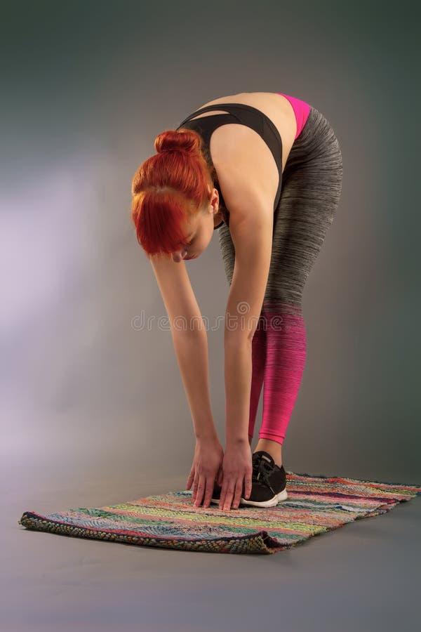 Garota fazendo ioga foto de stock