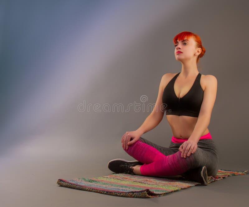 Garota fazendo ioga imagens de stock