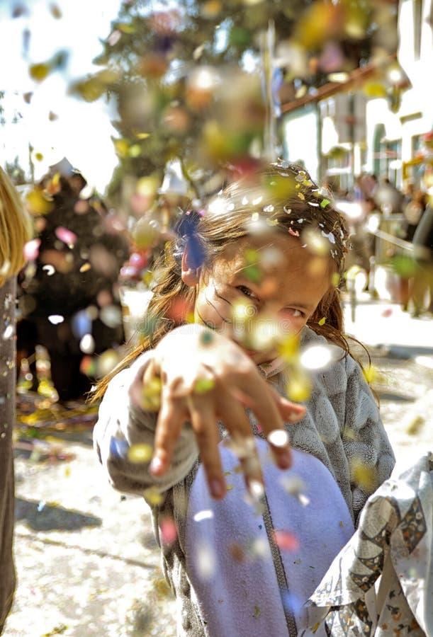 Garota jogando confete em um desfile de carnaval fotos de stock