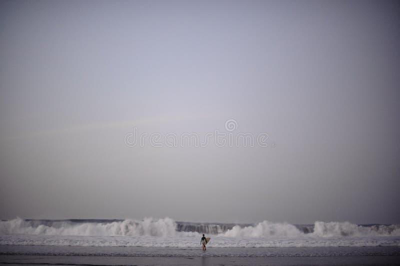 Garota surfista se preparando para surfar foto de stock royalty free