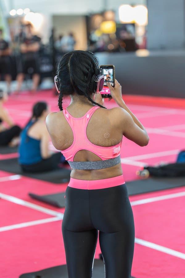 Garotas em um evento esportivo tirando uma foto com seu smartphone em um evento esportivo imagem de stock royalty free