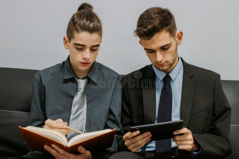 Garotos adolescentes em instalações de negócios imagens de stock royalty free