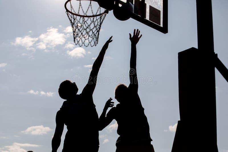 Garotos jovens de basquete imagem de stock