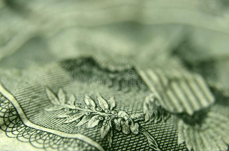A garra de Eagle que guarda o ramo de oliveira da nota de dólar dos E.U. foto de stock