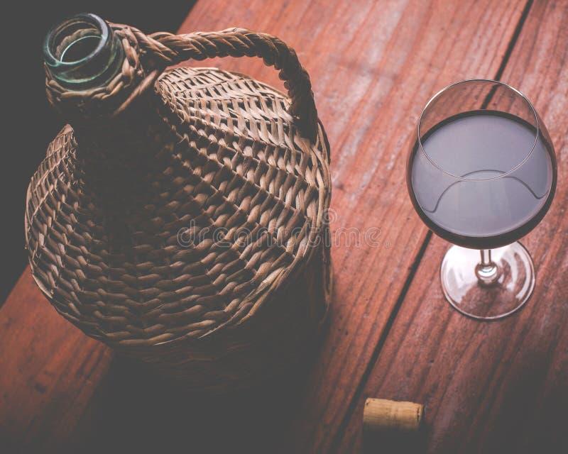 Garrafão do vinho e vidro de vinho foto de stock