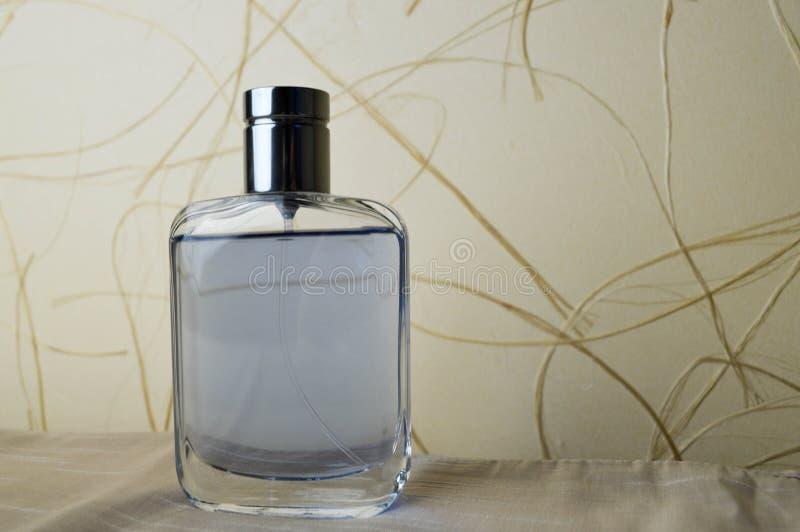 Garrafa azul, bonita, de vidro com água de Colônia, água de toalete, perfume fotografia de stock royalty free