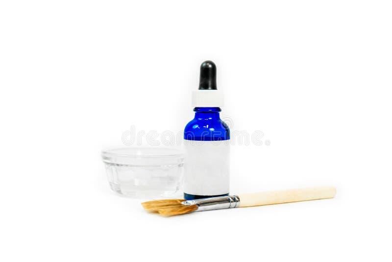 Garrafa azul esbranquiçada para fórmula química cosmética de pele, com pincel de maquiagem de prato e aplicador, para tratamentos imagens de stock