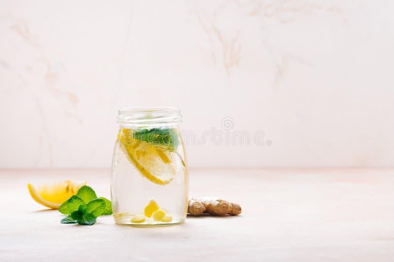 Garrafa com água da desintoxicação com limão, gengibre e hortelã fotografia de stock royalty free