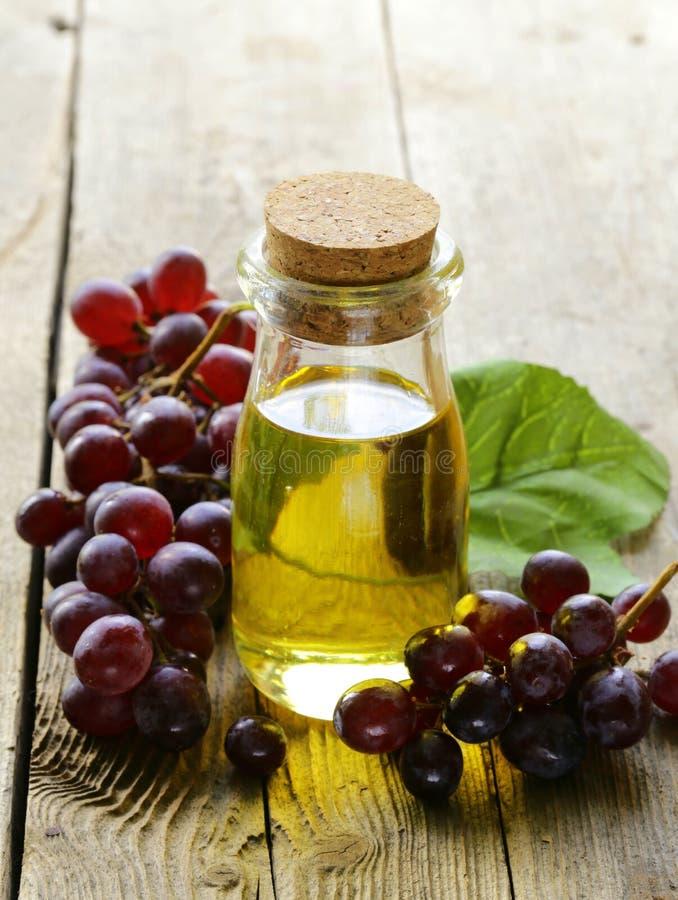 Garrafa com óleo de semente da uva imagens de stock royalty free