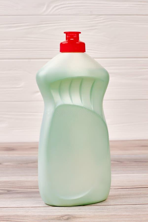 Garrafa com líquido para a lavagem do prato fotografia de stock royalty free