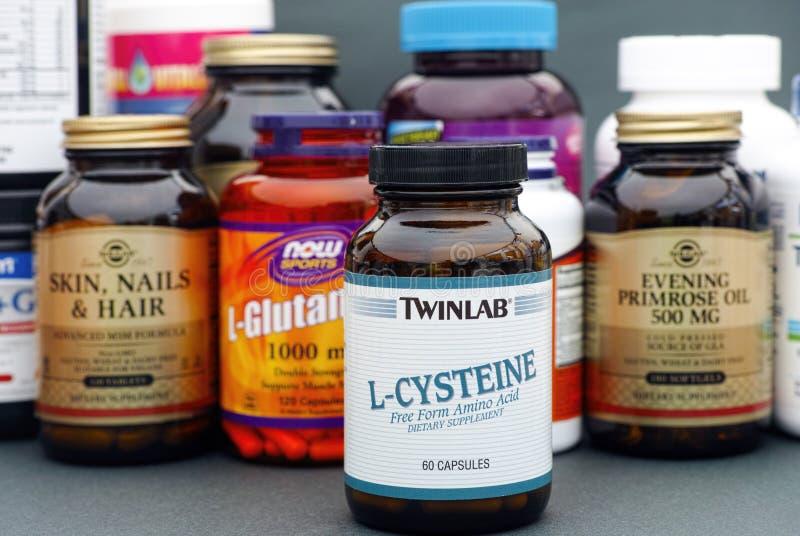 Garrafa com L-Cysteine por Twinlab Algumas garrafas com as vitaminas imagem de stock royalty free
