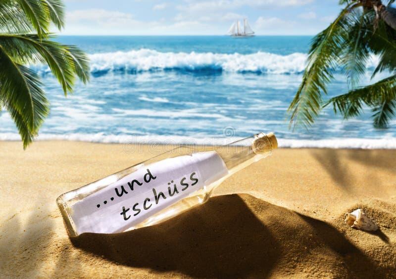 Garrafa com a mensagem e o adeus na praia imagem de stock royalty free