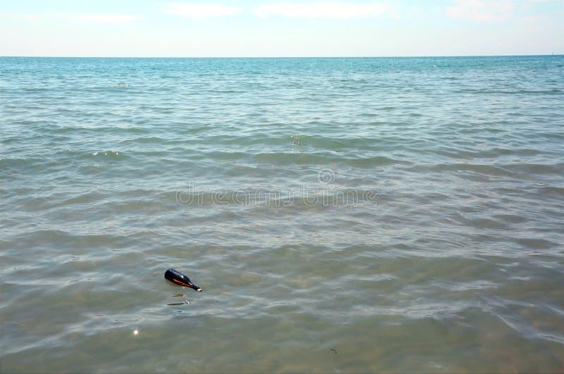 garrafa com mensagem secreta no oceano imagens de stock