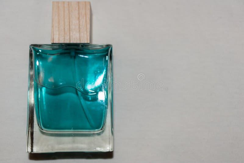 Garrafa da água da água de Colônia e do perfume foto de stock royalty free