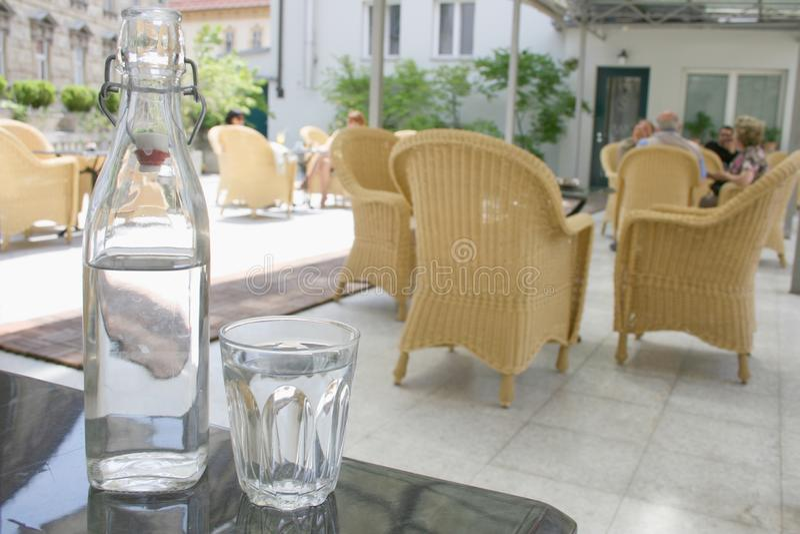 Garrafa da água e do vidro na tabela fotografia de stock