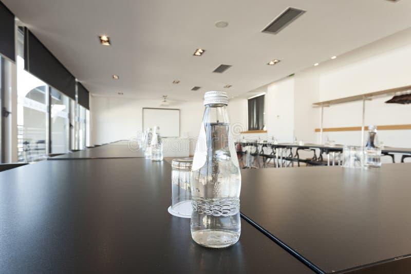 Garrafa da água na tabela de conferência no hotel de luxo foto de stock royalty free