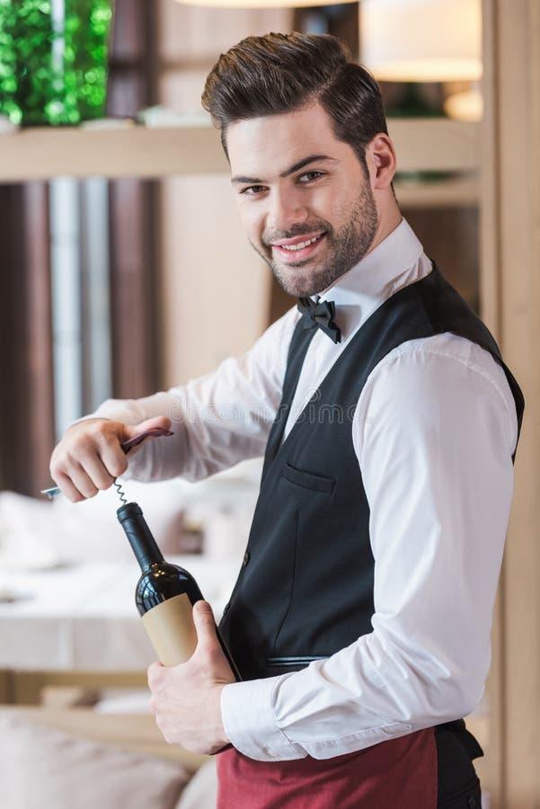 Garrafa da abertura do garçom do vinho imagens de stock royalty free