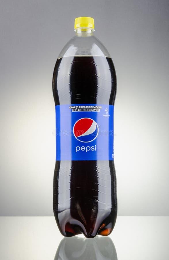 Garrafa da bebida de Pepsi isolada no fundo do inclinação fotografia de stock royalty free