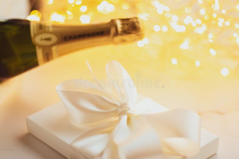 A garrafa da caixa do champanhe e de presente de época natalícia fotografia de stock