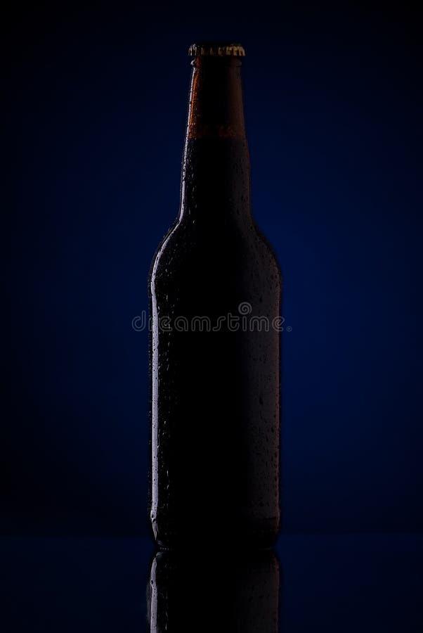 Garrafa da cerveja com gotas fotografia de stock royalty free