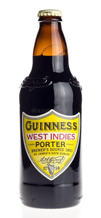 Garrafa da cerveja irlandesa do porteiro das Índias Ocidentais de Guinness isolada no whi fotografia de stock royalty free