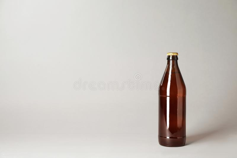 Garrafa da cerveja no fundo cinzento fotos de stock