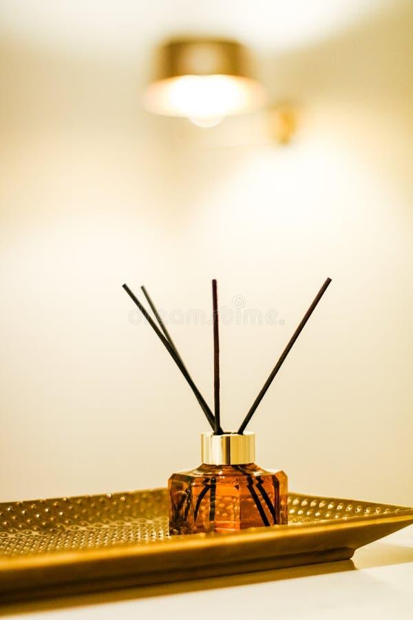 Garrafa da fragr?ncia da casa, decora??o luxuosa europeia da casa e detalhes do design de interiores imagem de stock