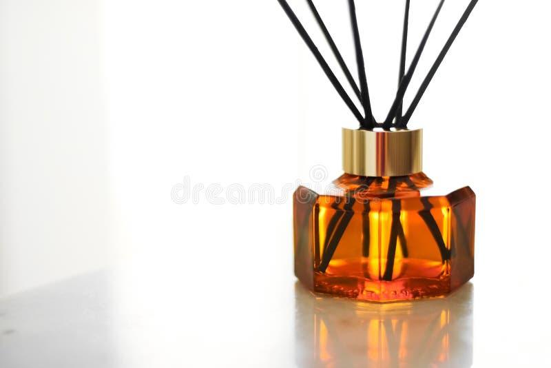 Garrafa da fragr?ncia da casa, decora??o luxuosa europeia da casa e detalhes do design de interiores foto de stock royalty free