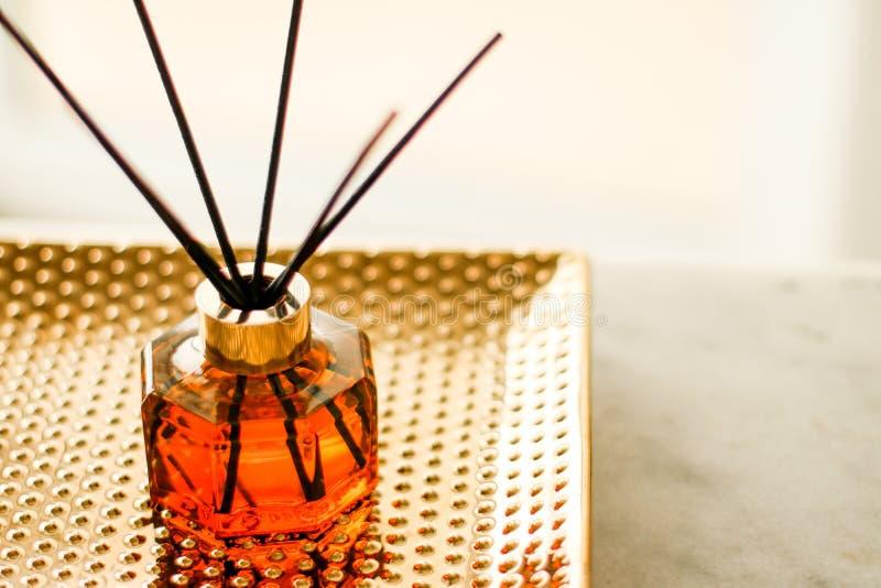 Garrafa da fragr?ncia da casa, decora??o luxuosa europeia da casa e detalhes do design de interiores fotos de stock