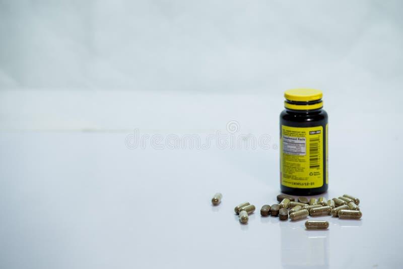 Garrafa da prescrição com as tabuletas no fundo branco fotos de stock royalty free